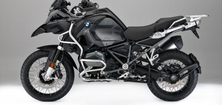 """BMW R 1200 GS Adventure """"Triple Black"""": novità per BMW Motorrad per il Model Year 2017, tra cui il lancio della BMW R NineT Scrambler BMW R 1200 GS Adventure """"Triple Black"""": novità per BMW Motorrad per il Model Year 2017, tra cui il lancio della BMW R NineT Scrambler Le novità del Model Year 2017 comprenderanno diverse operazioni di restyling. I modelli possono essere ordinati presso tutti i concessionari BMW nella nuova configurazione a partire da agosto 2016. Cambiamenti tecnici ai modelli boxer raffreddati a liquido Con l'inizio delle vendite del Model Year 2017 già nell'agosto 2016, i motori dei modelli boxer raffreddati a liquido saranno sottoposti ad ulterori cambiamenti tecnici oltre che all'applicazione di misure EU4 e all'aggiunta di luci laterali come richiesto dalla legge. Come la R 1200 GS Adventure, tutti i modelli boxer raffreddati a liquido saranno ora dotati di un dispositivo """"judder damper"""" sull'albero di trasmissione. Nuovi elementi comprendono anche un attuatore del tamburo di selezione rivisitato, alberi di trasmissione e cuscinetti degli stessi. Una spia di segnalazione OBD nel cruscotto è stata aggiunta per rispettare i regolamenti EU4. BMW R 1200 GS Oltre ai cambiamenti tecnici di cui sopra, il pannello strumenti della R 1200 GS presenta ora un design aggiornato. La gamma di accessori opzionali comprende una nuova barra che consente il montaggio delle protezioni dei coperchi dei cilindri – anch'essi disponibili come accessori a richiesta. BMW R 1200 GS Adventure Oltre ai cambiamenti tecnici descritti sopra, il pannello strumenti della R 1200 GS Adventure presenta un design rivisitato. A partire dal Model Year 2017, il color Ocean Blue metallizzato opaco non è più disponibile per questa moto. Nuovo modello speciale BMW R 1200 GS Adventure """"Triple Black"""" """"Triple Black"""" – questa versione speciale della BMW R 1200 GS ha affermato la propria tradizione ed il suo nome che ancora una volta dice tutto. BMW Motorrad sta rispondendo ad un desiderio espr"""