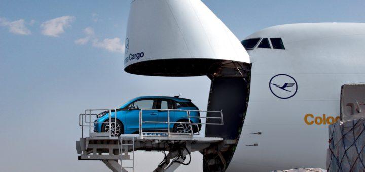 BMW i3 Custom Delivery - BMW Group - Flugverkehr, Flugreise, Flughafen, Frachtflugzeug der Lufthansa cargo