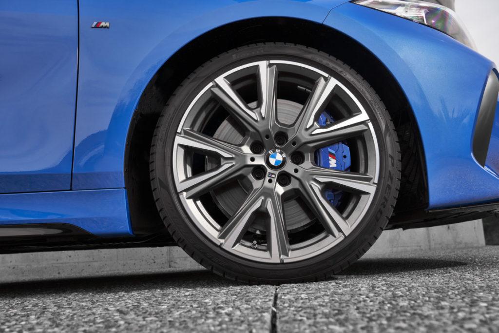 BMW-Serie-1-2020-F40-Official-BMW-M135i-xDrive-Misano-Blue-Metallic-9